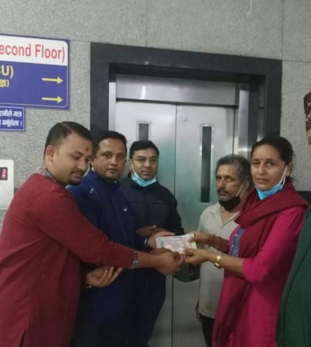 समाजसेवी दोए सचिन पाण्डे र बिष्नु सुवेदी द्वारा संकलित सहयोग रकम हस्तान्तरण
